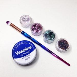 Glitter aloituspaketti sisältää glittriä, meikkisiveltimen ja vaseliinin.