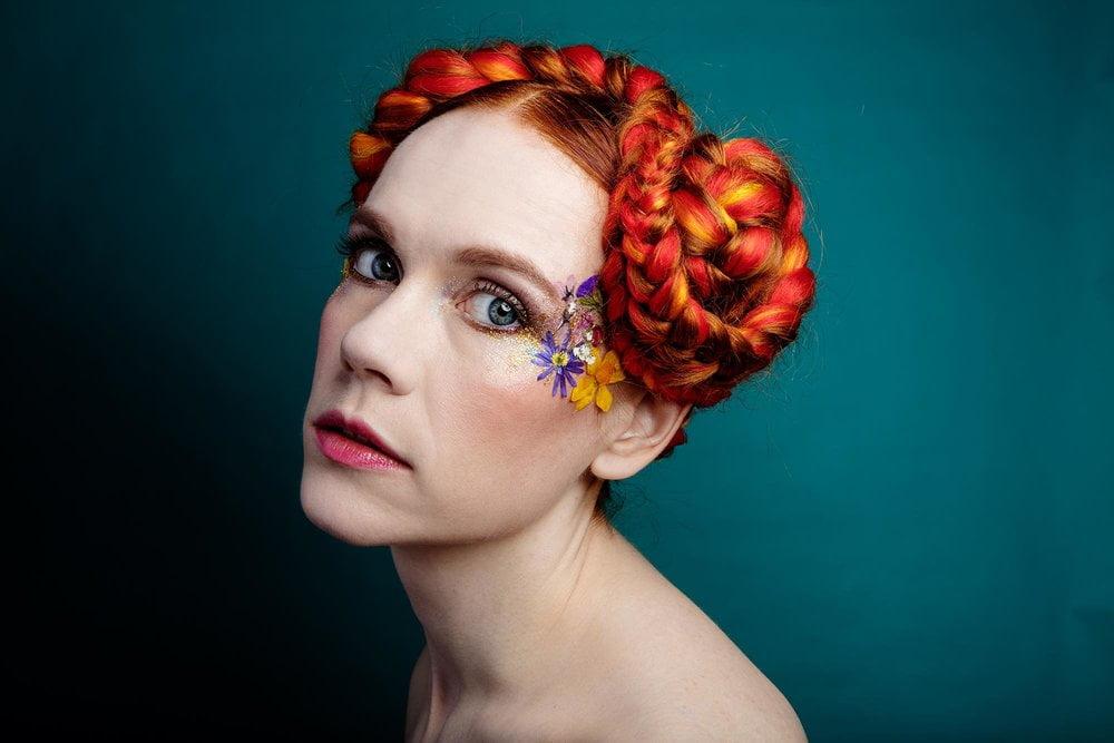 Face Florals kasvokukat kiinnitetään kasvoille.