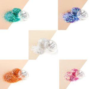 Iridescent glittersettiin kuuluu viisi eri kosmetiikkaglitteriä.