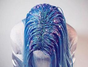 Glitteriä voi laittaa myös hiuksiin.