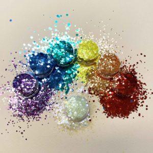 Sateenkaari glitter settiin kuuluu seitsemän eri väristä glitteriä.