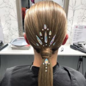 Kasvoille tarkoitettuja timantteja voi kiinnittää myös hiuksiin!