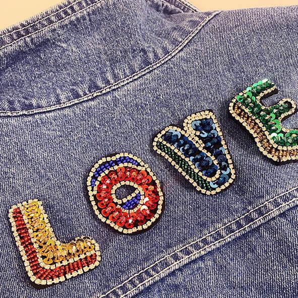 Love timantti kangasmerkit farkkutakissa.