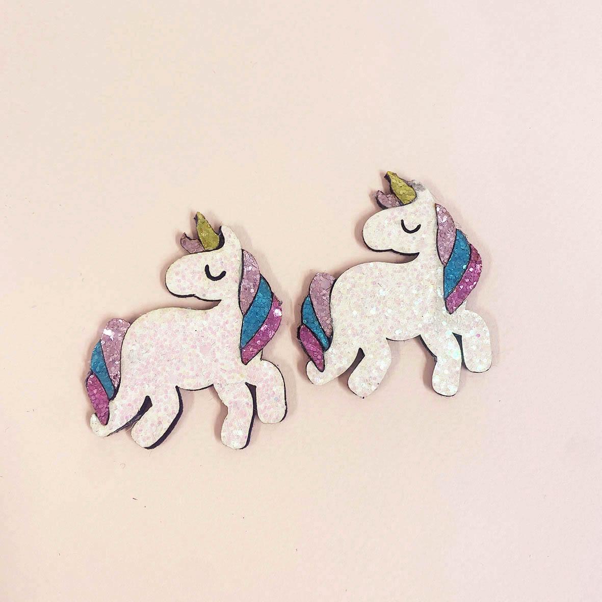 Unicorn glitter kangasmerkit voi liimata takkiin.