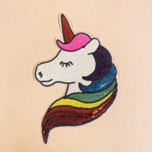 Unicorn silitettävä kangasmerkki on koristeltu paljeteilla.